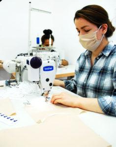 Produktion in der Schneiderwerkstatt von Mund-Nasen-Schutz