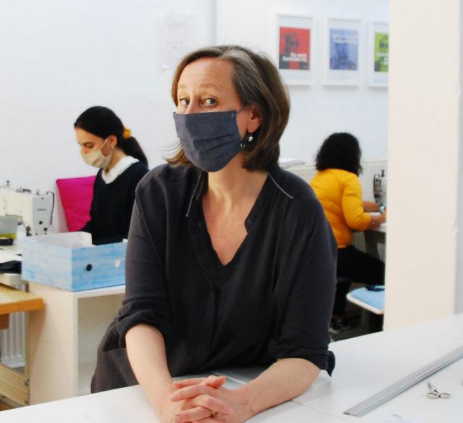 Mund- und Nasenmaske im Jeanslook mit Nieten und Gummiband zum Binden