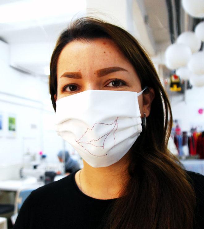 Mund- und Nasenmaske bestickt mit Gummiband