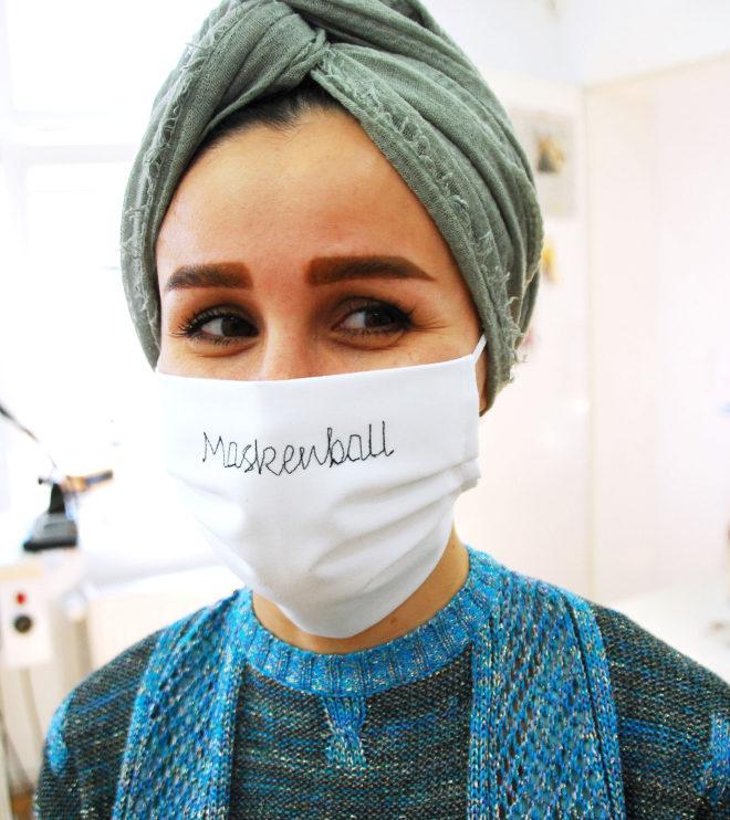 Mund- und Nasenmaske aus Baumwolle bestickt