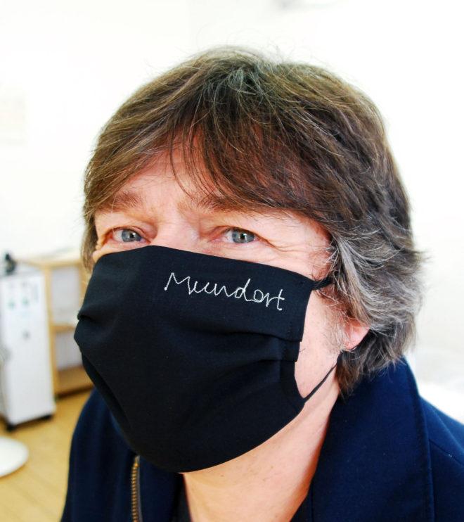 mund-nasenmaske-in schwarz bestickt