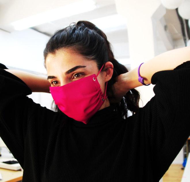 Mund- und Nasenmaske im in pink mit Nieten und Gummiband zum Binden
