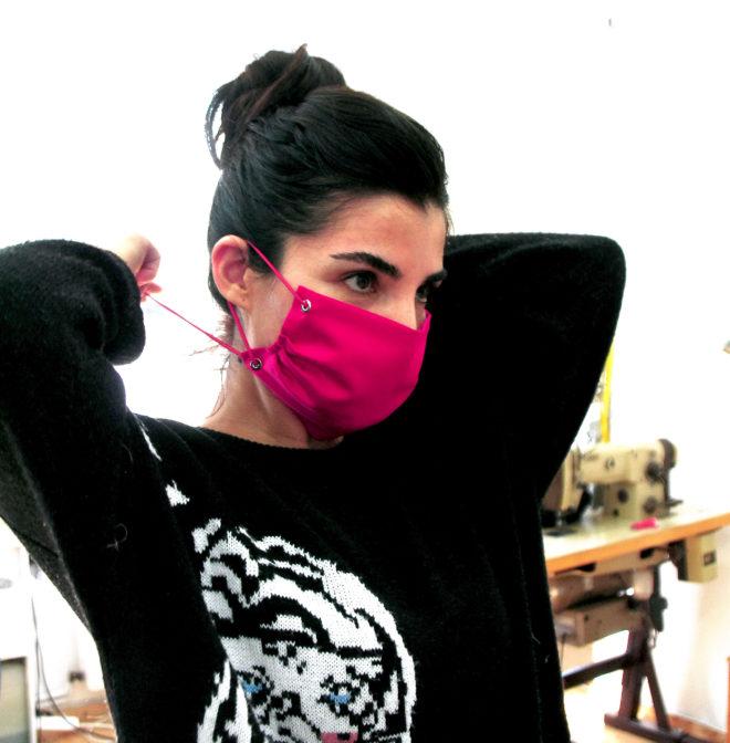 Mund- und Nasenmaske in pink mit Nieten und Gummiband zum Binden
