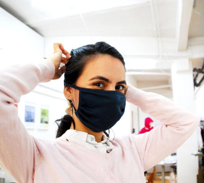 Mund- und Nasenmaske in blauem Baumwolljersey mit Bindetechnik