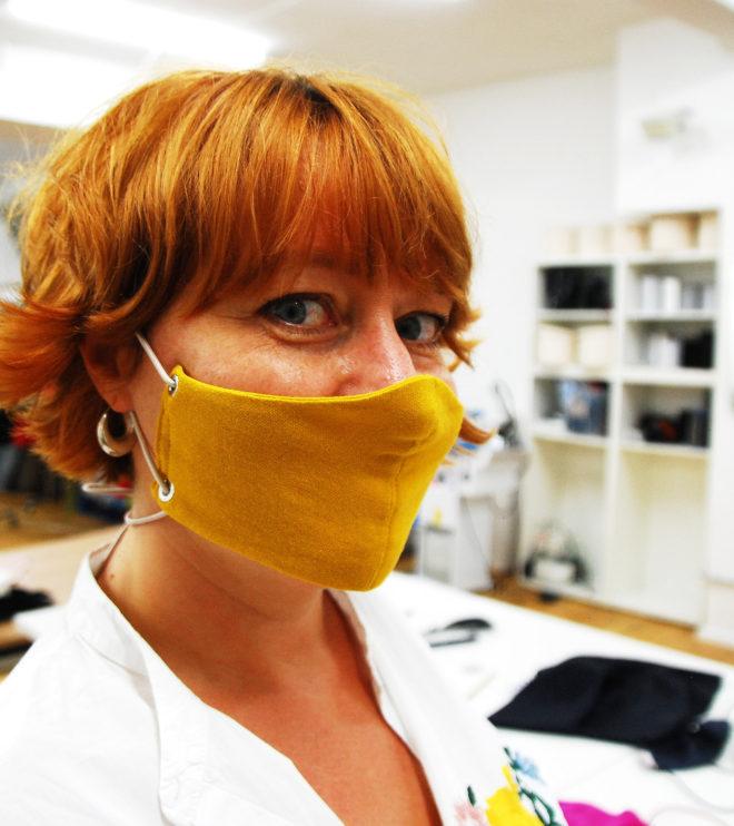 Maske Bandit mit Tragekorbes in gelbem Bio- Musselin